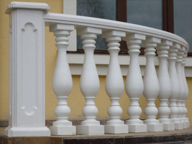 Балясины из пластика могут имитировать бетон и камень
