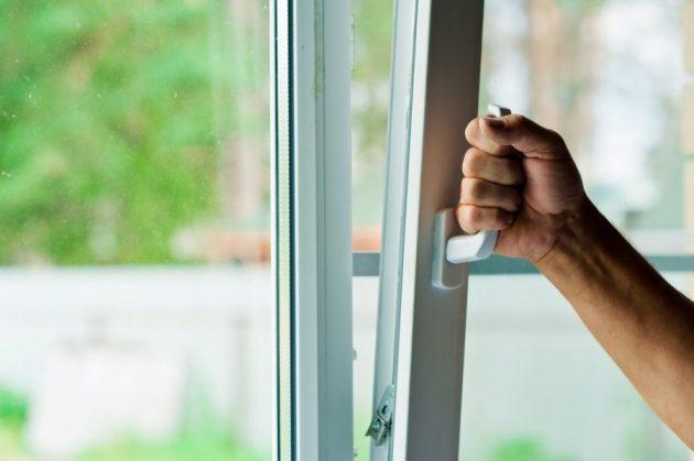 Чтобы окна не запотевали, поможет регулярное проветривание