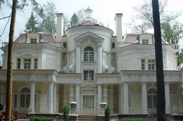 Фасад, украшенный архитектурными элементами