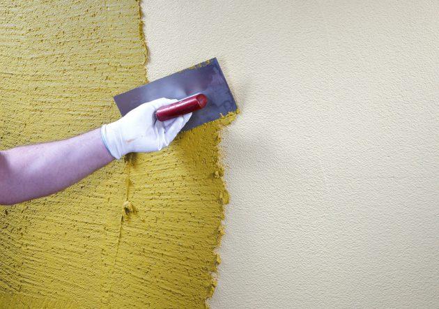 Краску можно добавлять непосредственно в штукатурку короед