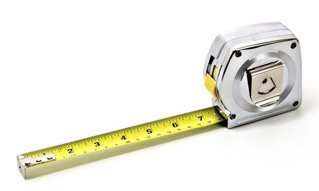 Перед тем, как устанавливать обрешетку и крепить сайдинг, нужно произвести необходимые замеры