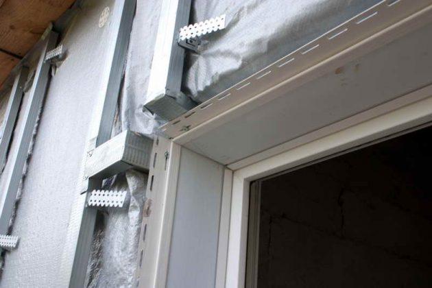 При установке профиля под сайдинг чаще используется металлическая обрешетка