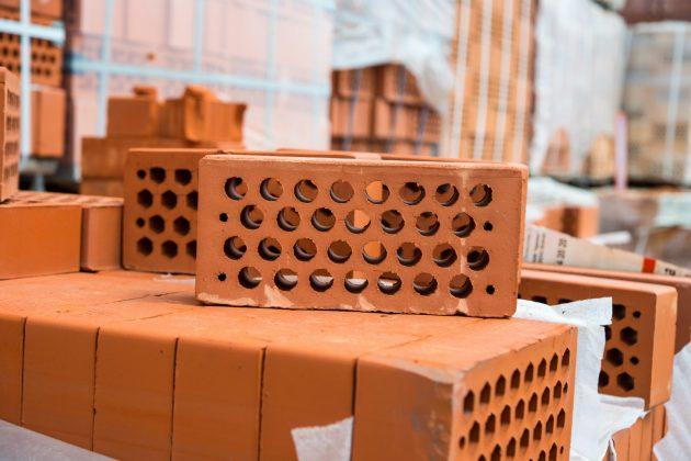 Утепление стен деревянного дома снаружи можно завершить укладкой облицовочного кирпича