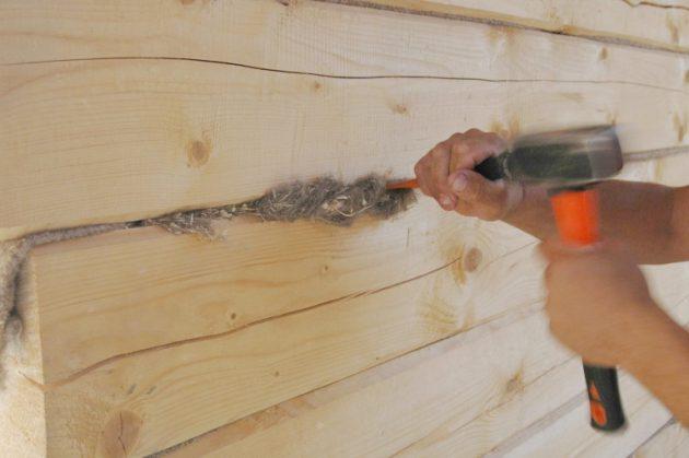 Важный момент в утеплении деревянного дома - конопатка стен