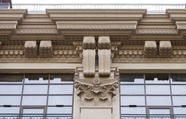Здание, украшенное архитектурными деталями